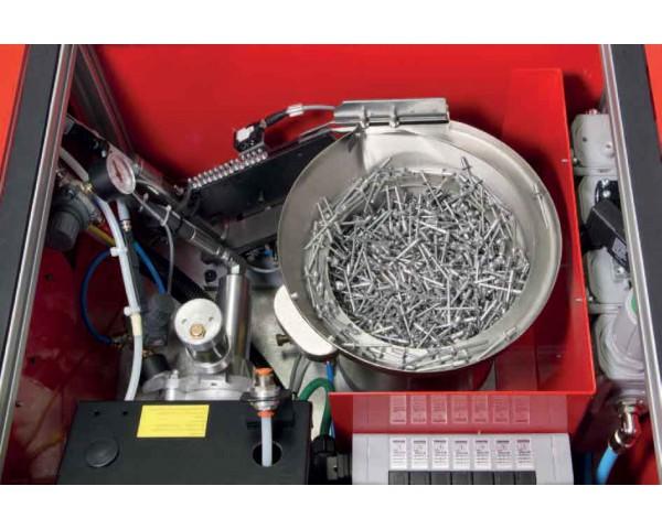 Podajnik wibracyjny nitów w nitownicy AU250.